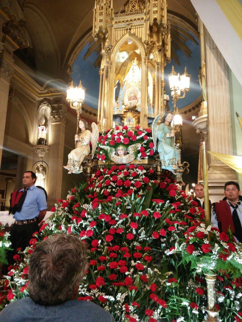 Arreglo floral del trono y otros altares 27 de abril de for Arreglo del jardin